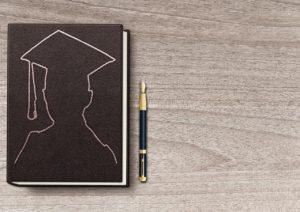 Notizbuch mit Schulabschlusssymbol, nach dem Abi zum Bundesfreiwilligendienst